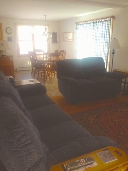Gezellige woonkamer en de gordijnen zijn schuifknoppen die naar het dek leiden