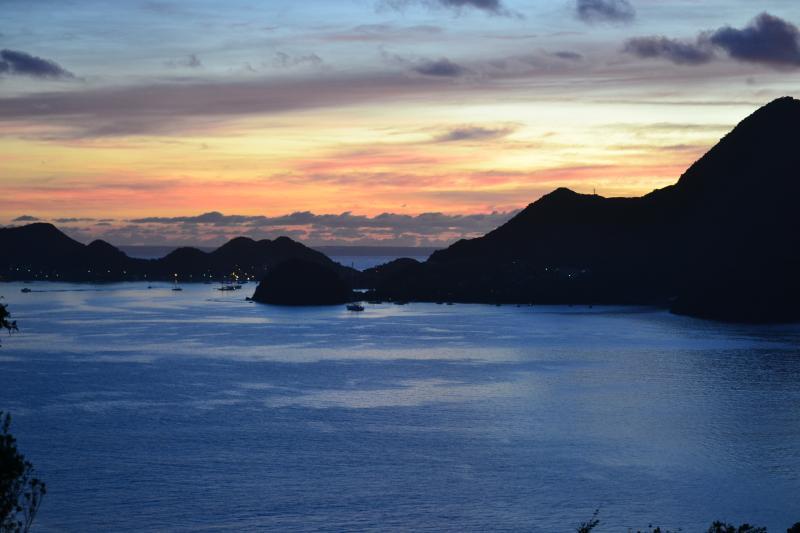 soleil levant sur la baie des Saintes