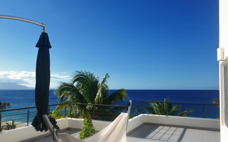 Amazing top floor terrace with ocean view. Ideal for hosting and tanning in the hammock.