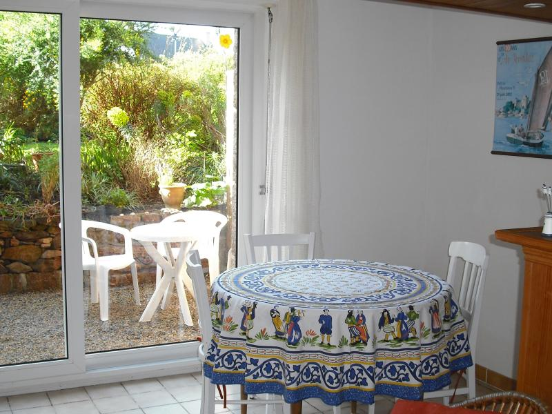 Un séjour lumineux et une terrasse abritée bordée de fleurs