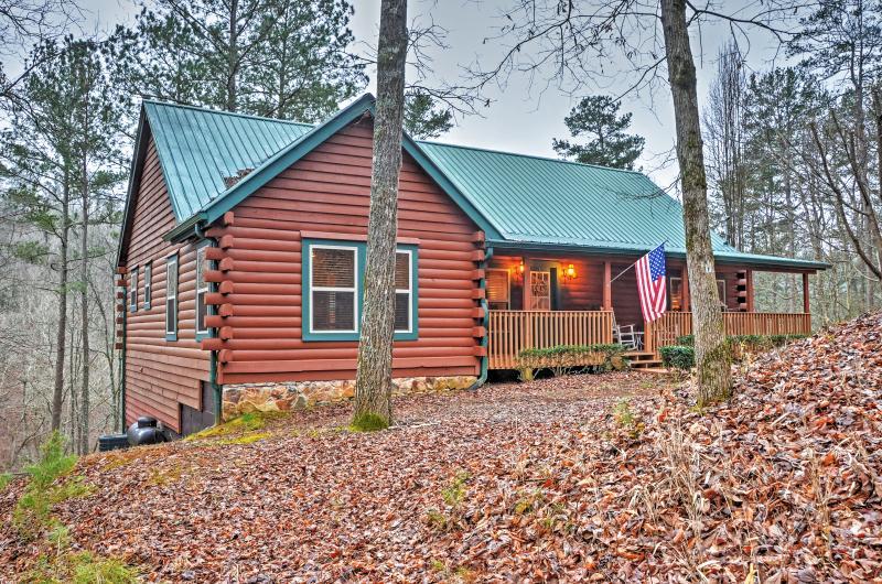 Você vai adorar autêntica log cabine exterior este aluguer de casa de férias Ellijay!