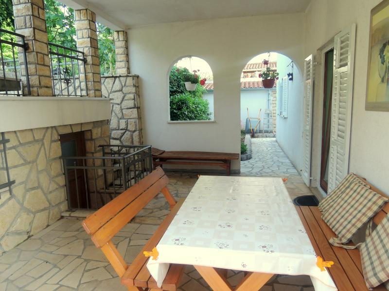 Lovely table great for relaxing and spending time with firends