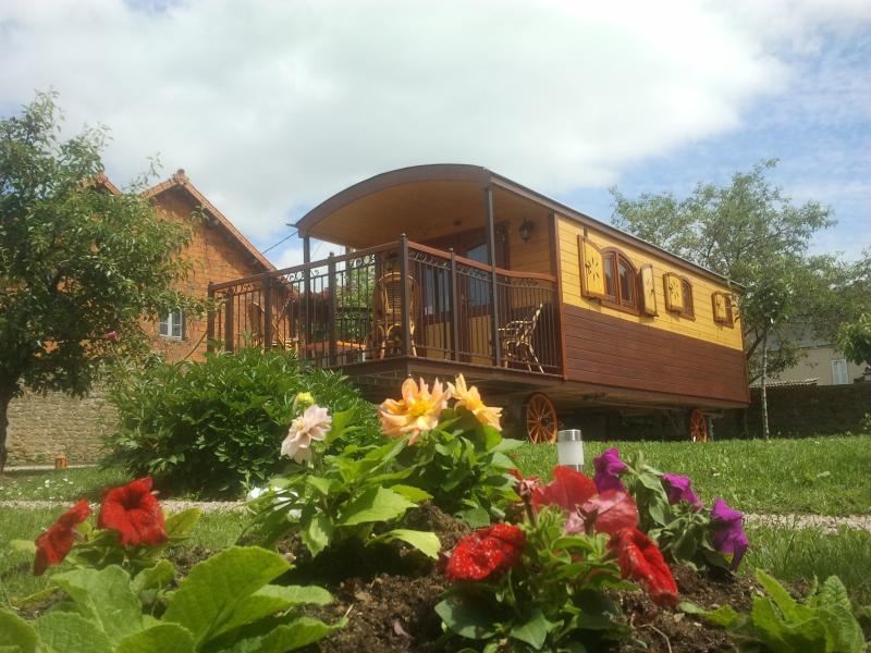 LA ROULOTTE DU CLOS DE LA ROCHE, vacation rental in Baugy