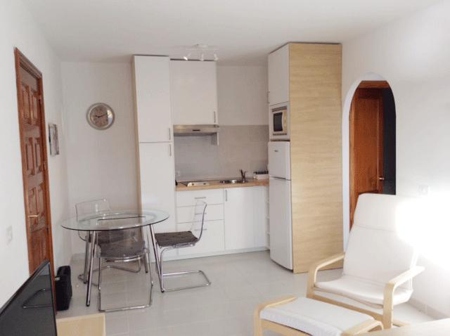 Abierta, cocina totalmente equipada con microondas