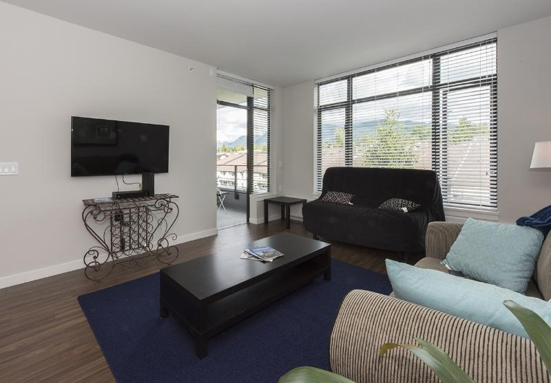 Secure Executive 1 Bedroom/Den Close to Sea Bus, vakantiewoning in North Vancouver
