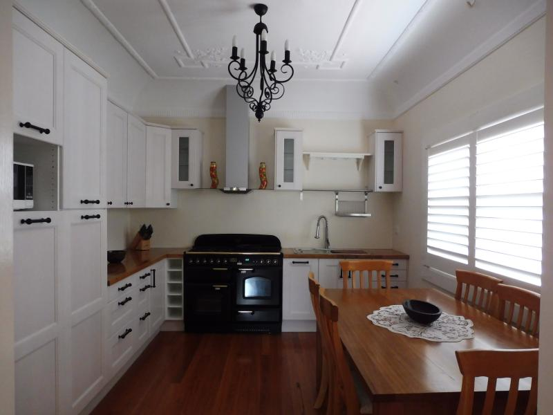 Fully equiped kitchen with luxury double stove and eat-in area