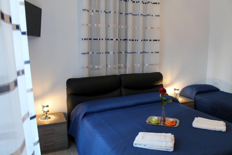 Camera Zaffiro, Tripla, bagno privato  con  vasca e doccia, aria  condizionata TV WI FI gratis