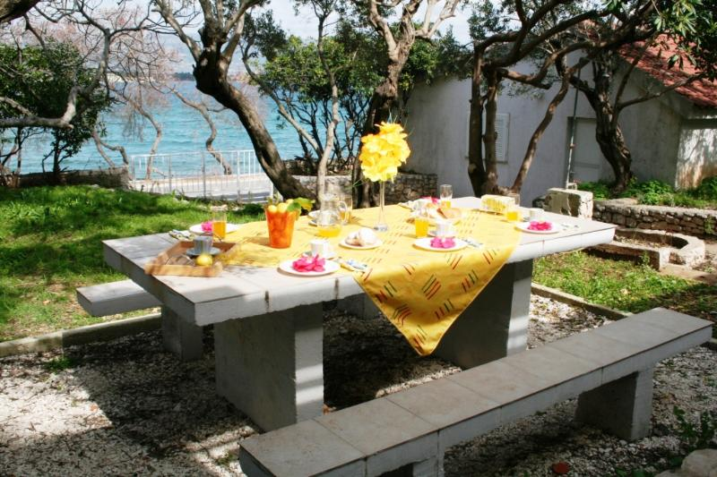 Sea Front Stone Villa, just 5m from pebble beach, 3km from Trogir Old Town, location de vacances à Arbanija