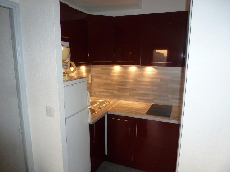 Le lave-linge se situe dans le placard en bas à droite