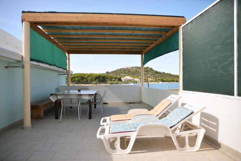 Comfortable apartments with sea view terrace, aluguéis de temporada em Betina