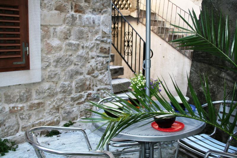 Beautiful old stone cottage in heart of Kastela old town, just 100m from beach, Ferienwohnung in Kastel Luksic