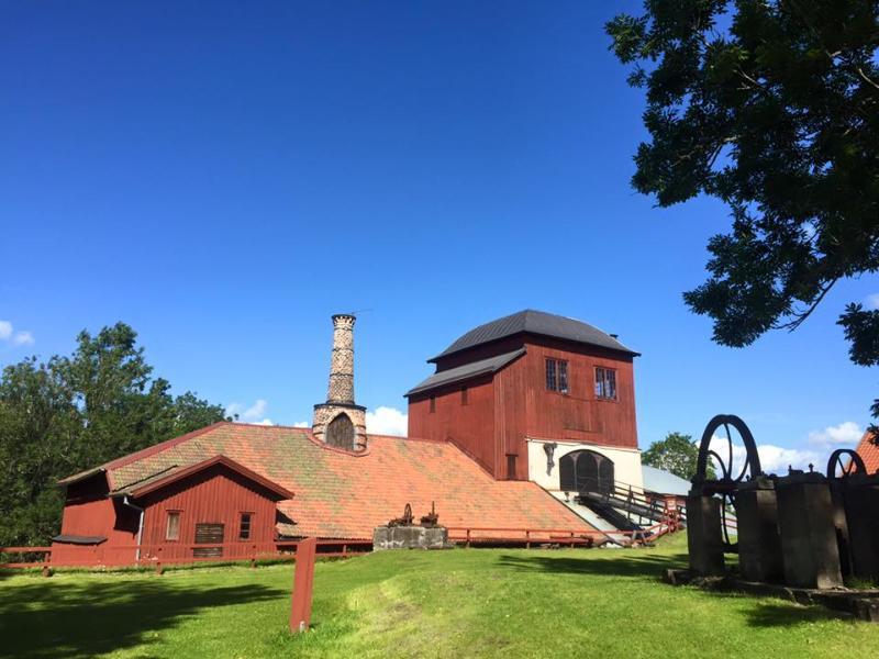 Stugan ligger i Pershyttans kulturreservat. Här finns gruvor, hytta, vattenhjul och restaurang/fik.