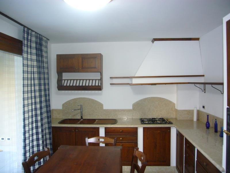 tavolo in legno e cucina
