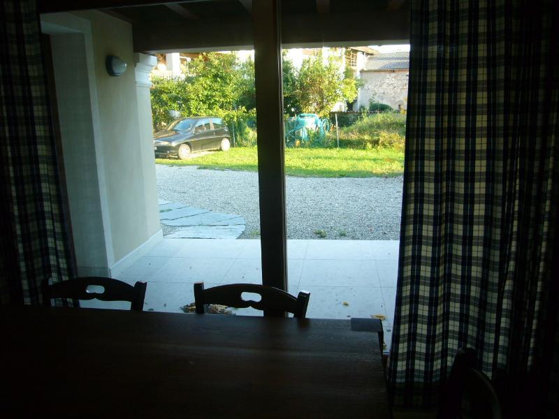 vista verso l'ingresso dalla cucina
