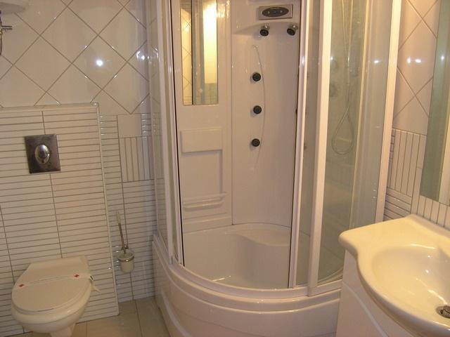 A12 (4+2): bathroom with toilet