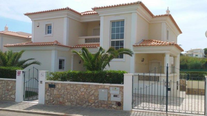 7 min. walking from the beach double-decker  villa, holiday rental in Albufeira