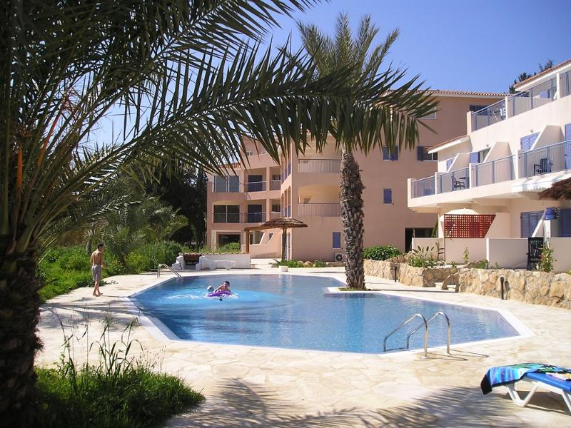 PARADISE VILLA - roof terrace, UK TV, free Wi-Fi, direct access to pool, vacation rental in Paphos