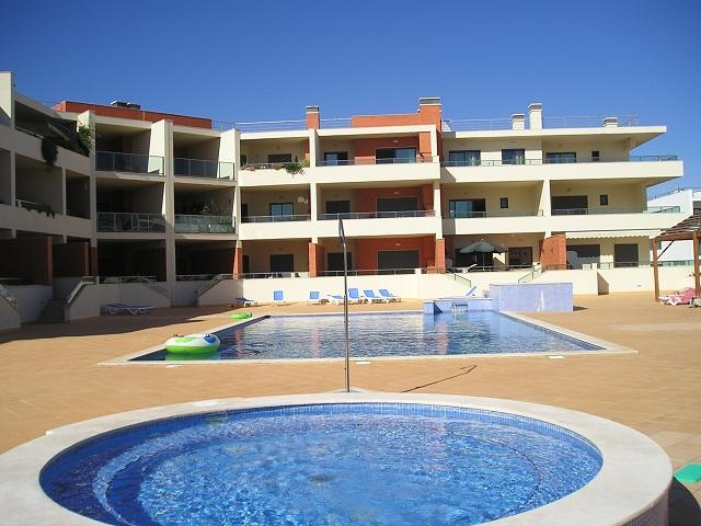 ALGARVE APARTMENT - pool, close to beach, UK television channels, free Wi-Fi, aluguéis de temporada em Distrito de Faro