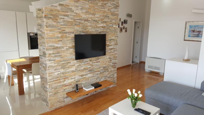 Modern Sunny Apartments with sea views for 4-6, casa vacanza a Baska Voda