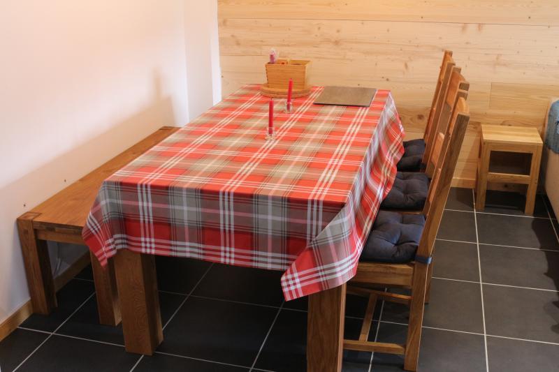 mesa de comedor (+ 2 taburetes de asiento 8)