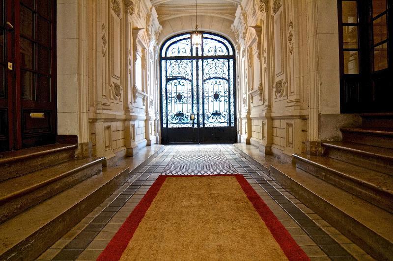Dés l'entrée de l'immeuble, plongez au cœur du Paris Haussmannien 1863 !