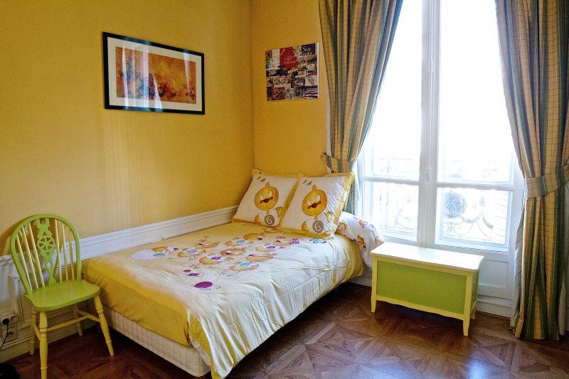 La chambre jaune... Avec son propre dressing!
