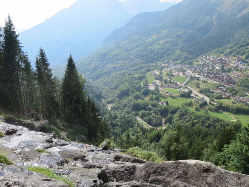 Vaujany de la cascada a través del valle