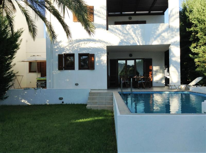 Modern 3 bed Villa with Private Pool and Free WIFI, holiday rental in Laerma