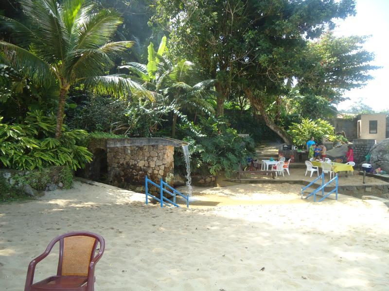 Praia perto das churrasqueiras