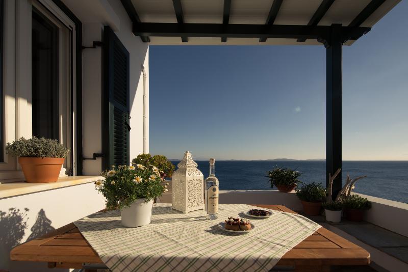 Villa Thimari just steps away from the shore, location de vacances à Laouti