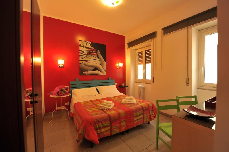 camera da letto n° 4 LA ROSSA con letto matrimoniale e bagno privato interno