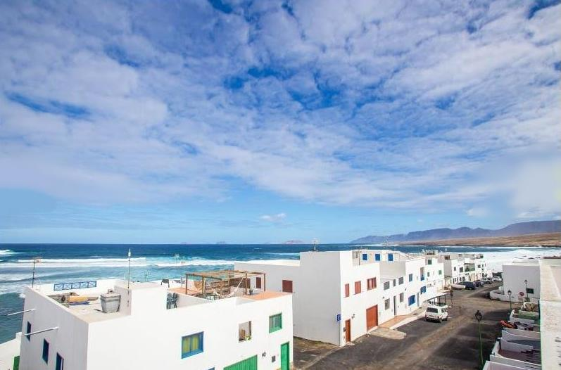 Apartment Sentido mit fantastischen Meerblick & Wifi, nur 50m vom Strand, holiday rental in Caleta del Caballo