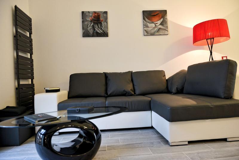 Dopo una giornata di visite per Torino rilassatevi sul divano letto davanti alla TV