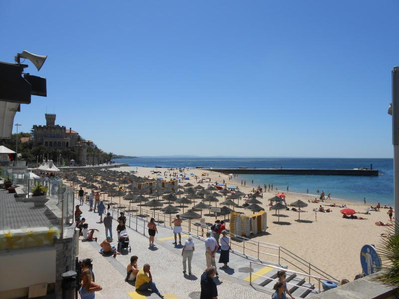 Estoril Praia à 9 minutes à pied de l'appartement