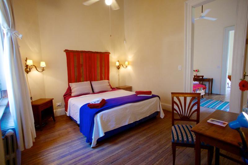 Chambre à coucher principale regardant en arrière vers les autres chambres.
