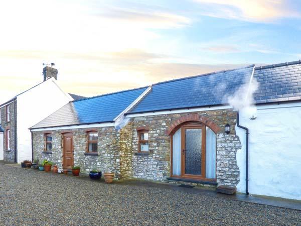 LANSKER, single-storey barn conversion, wet room, garden, woodburner, Popehill, holiday rental in Portfieldgate