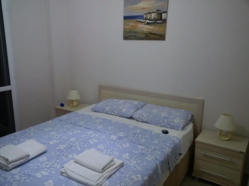 En la planta baja 3 º dormitorio con vistas al mar y acceso directo a césped privado.