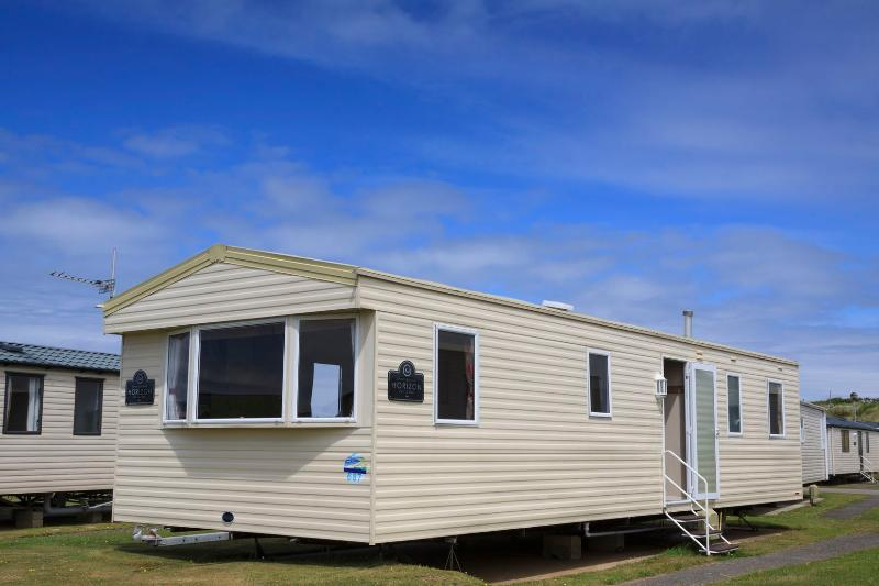 CHATEAU WAFU A DELUXE MODERN 3 BEDROOM CARAVAN, vacation rental in Perranporth