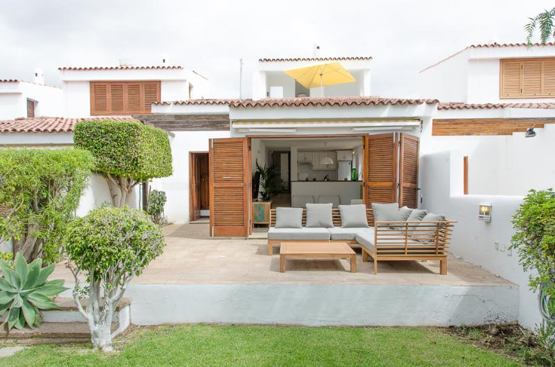 85 Seafront, golf, seawater swimming pool, holiday rental in Golf del Sur