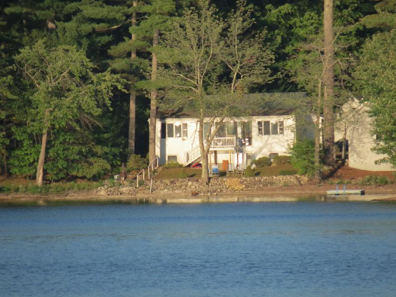 Beautiful Cottage on Crystal Lake, alquiler de vacaciones en Pownal