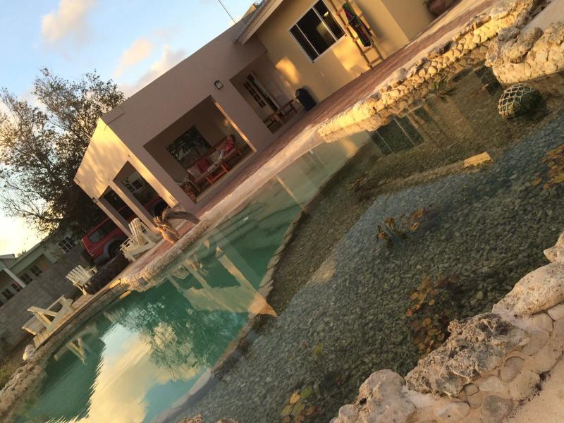 Guest House Vacation House Vacation Rental Poolside covered patio 2 WC 2 showers, location de vacances à Curaçao