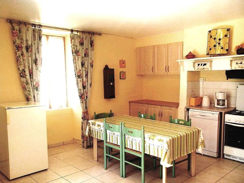 A cozinha de plano aberto / área de jantar tem capacidade para 5 e uma cozinha totalmente equipada com máquina de lavar louça