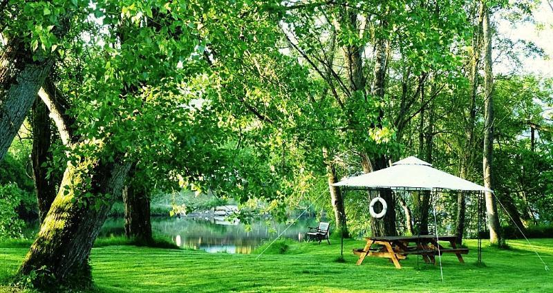 O riverban onde pode desfrutar de piqueniques e churrasco ao lado do rio w / o de deixar a propriedade.