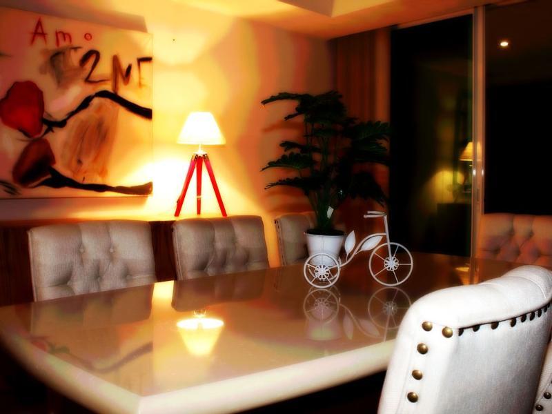 Dinning room, seats 8.
