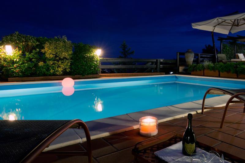 La Luna Cottage - Pool by night