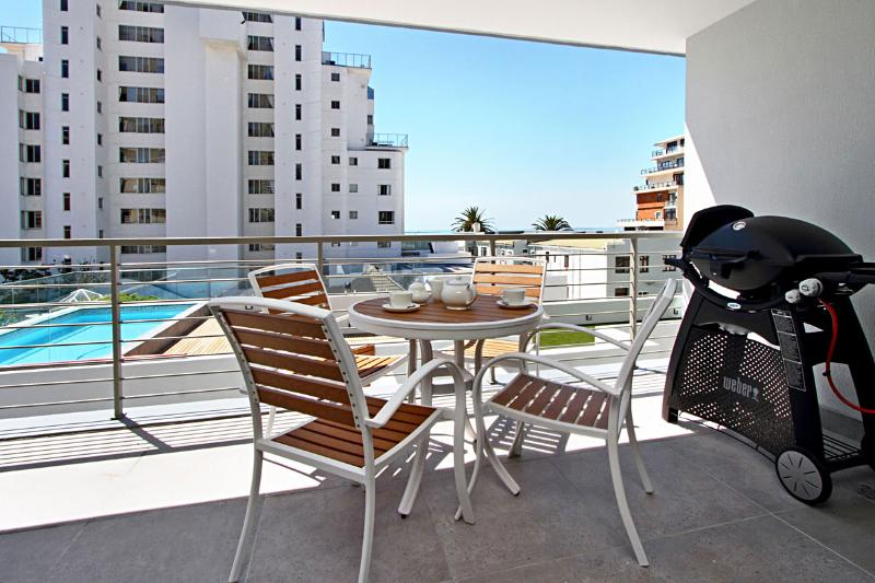 Clifton Apartment Sleeps 4 with Pool and Air Con - 5400365, location de vacances à Bantry Bay