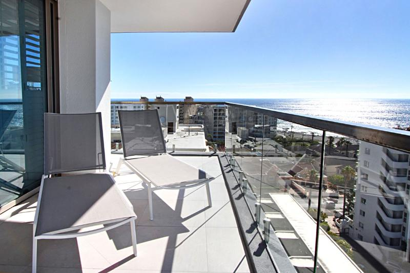 Clifton Apartment Sleeps 6 with Pool and Air Con - 5400299, location de vacances à Bantry Bay
