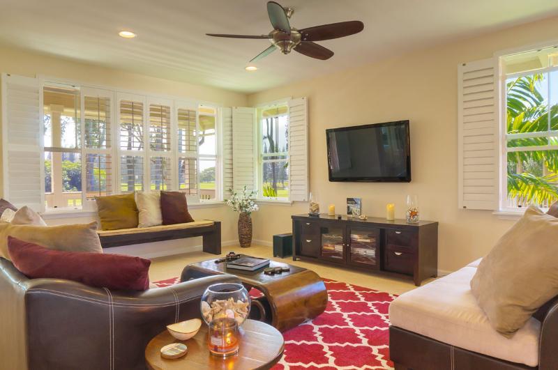 ONZE ruime woonkamer met uitzicht en aanplantingsblinden