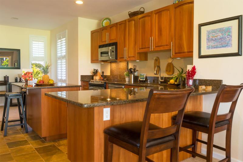 Onze ruime keuken met 4 BAR ZETELS, granieten toonbanken, CENTER ISLAND, leisteen vloeren, alle upgrades