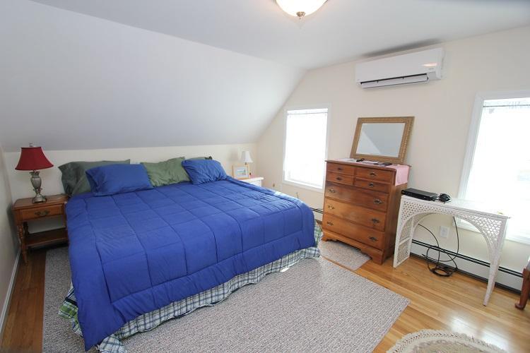 2 º piso dormitorio w / cama de matrimonio